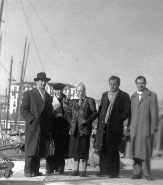Bronė Klimienė (trečia iš kairės) su nenustatytais asmenimis.