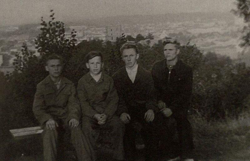 Dešimtos klasės mokinys B. Radzevičius (pirmas iš dešinės) su klasės draugais ekskursijos Vilniuje metu. Antras iš dešinės – A. Masionis. 1959 m., Vilnius.