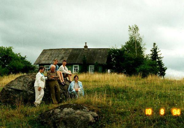Sodyboje Kirdeikiuose prie akmens. Iš kairės: Ona Petrulienė, Algirdas Petrulis, duktė Daiva. <br /> Sėdi ant akmens giminaitė iš Kanados ir marti Jūratė Mykolaitytė. 1994