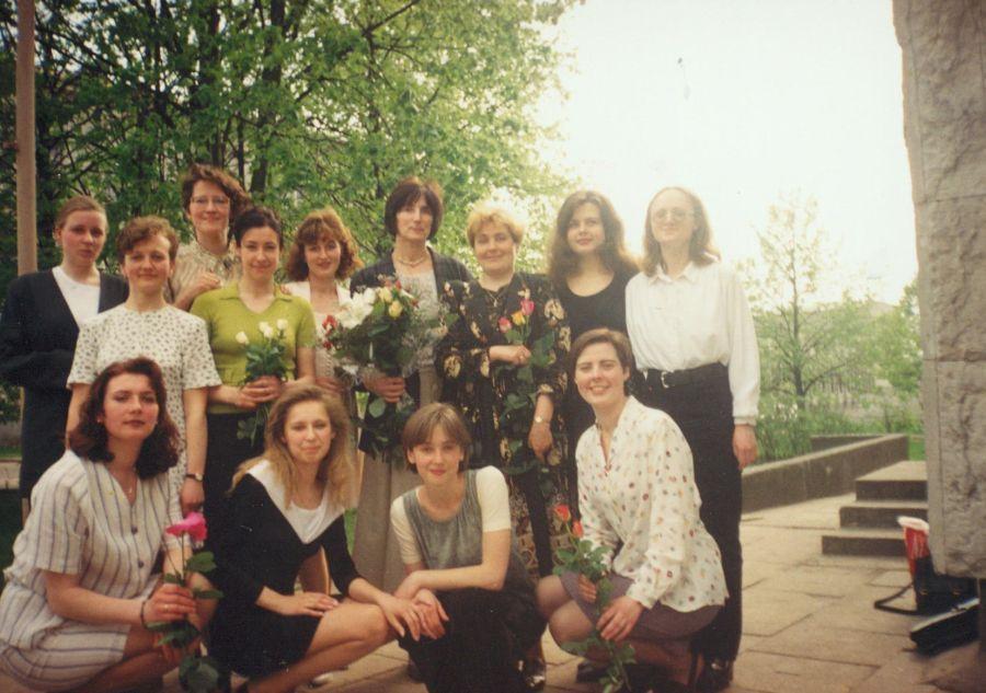 Prof. N. Kašelionienė ir prof. V. Šlekienė su Lituanistikos fakulteto studentėmis prie LEU II rūmų po Paskutinės paskaitos renginio. 1997 m.