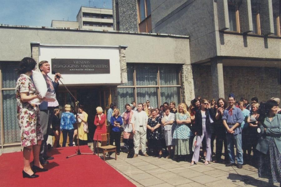 Aukciono įkarštyje... Lituanistų dienos. 2001 m.