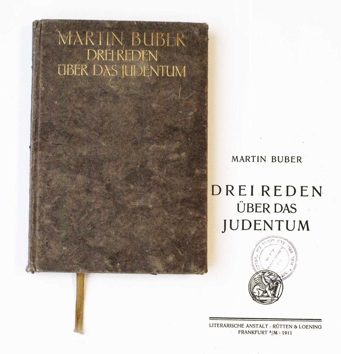 """Strašuno bibliotekos naujų knygų įsigijimo strategija pasižymėjo siekiu supažindinti skaitytojus su žydų literatūros, filosofijos ir kitų humanitarinių mokslų naujovėmis.  <br /> Martinas Buberis. """"Drei Reden über das Judentum"""" Frankfurtas prie Maino, leidykla """"Rütten &Loening"""", 1911."""