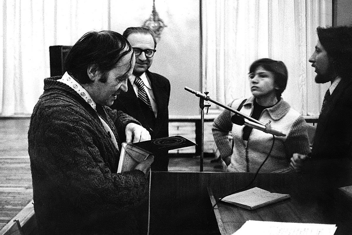 Prieš paskaitą apie japonų muzikinį teatrą no. Iš kairės Julius Juzeliūnas, Algirdas Jonas Ambrazas, Laima Noreikaitė, Arvydas Karaška, 1978 m.
