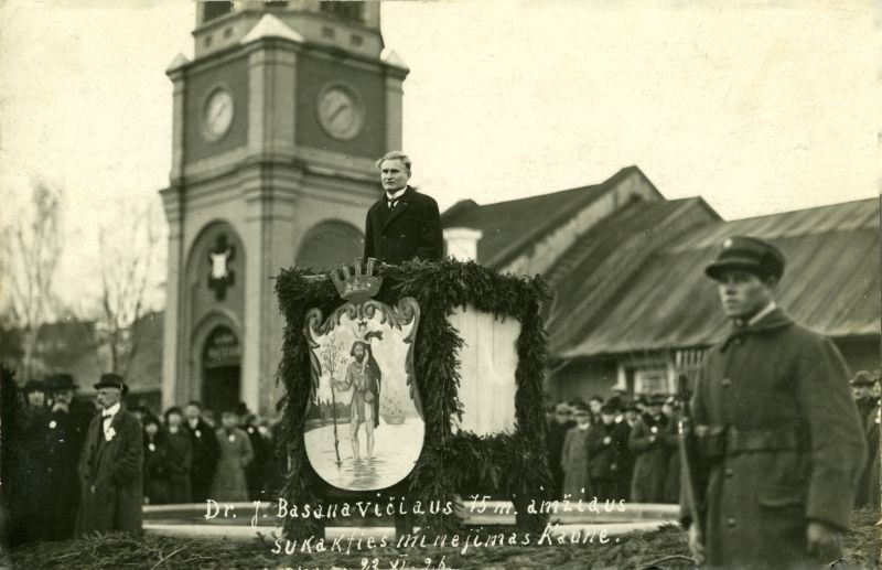Lietuvos Respublikos Prezidentas K. Grinius sako kalbą dr. J. Basanavičiaus 75-mečio minėjimo metu Karo muziejaus sodelyje. 1926 m. lapkričio 23 d.