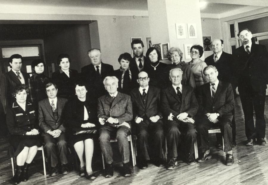 Lietuvių kalbos ir literatūros fakulteto dėstytojai su Mokslų akademijos nariais. Apie 1976 m.