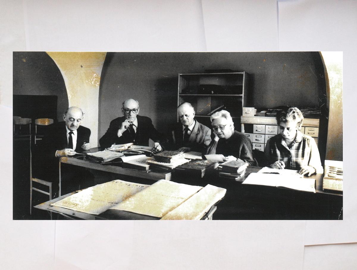 Pirma žydų knygų katalogavimo ir tyrimo grupė Knygų rūmuose. <br /> Iš dešinės į kairę: Esfira Bramson-Alpernienė (1924-2016), Esfira Mejerovič, Nosenas Plavinas, Leizeris Aronas (1914-1993), Elijas Zeifas (1920-1994).<br />  Jų darbo kambarys buvo pavadintas Mato Strašuno vardu.