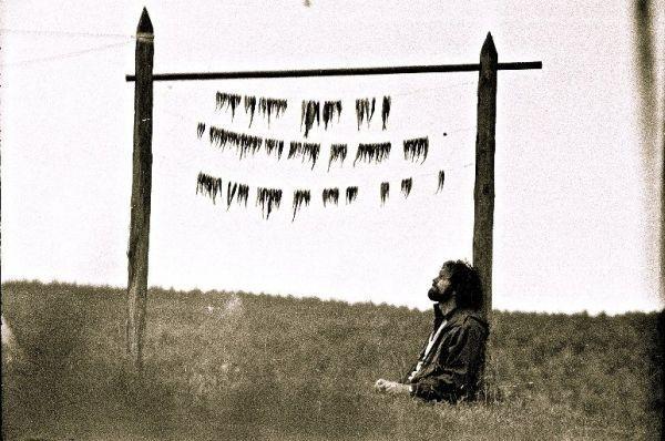 """Aktorius R. Adomaitis laukia kol """"prinoks"""" jo paties sugautos žuvys. Filmuojant kino juostą """"Sadūto Tūto"""". 1973–1974 m., Veisiejai."""