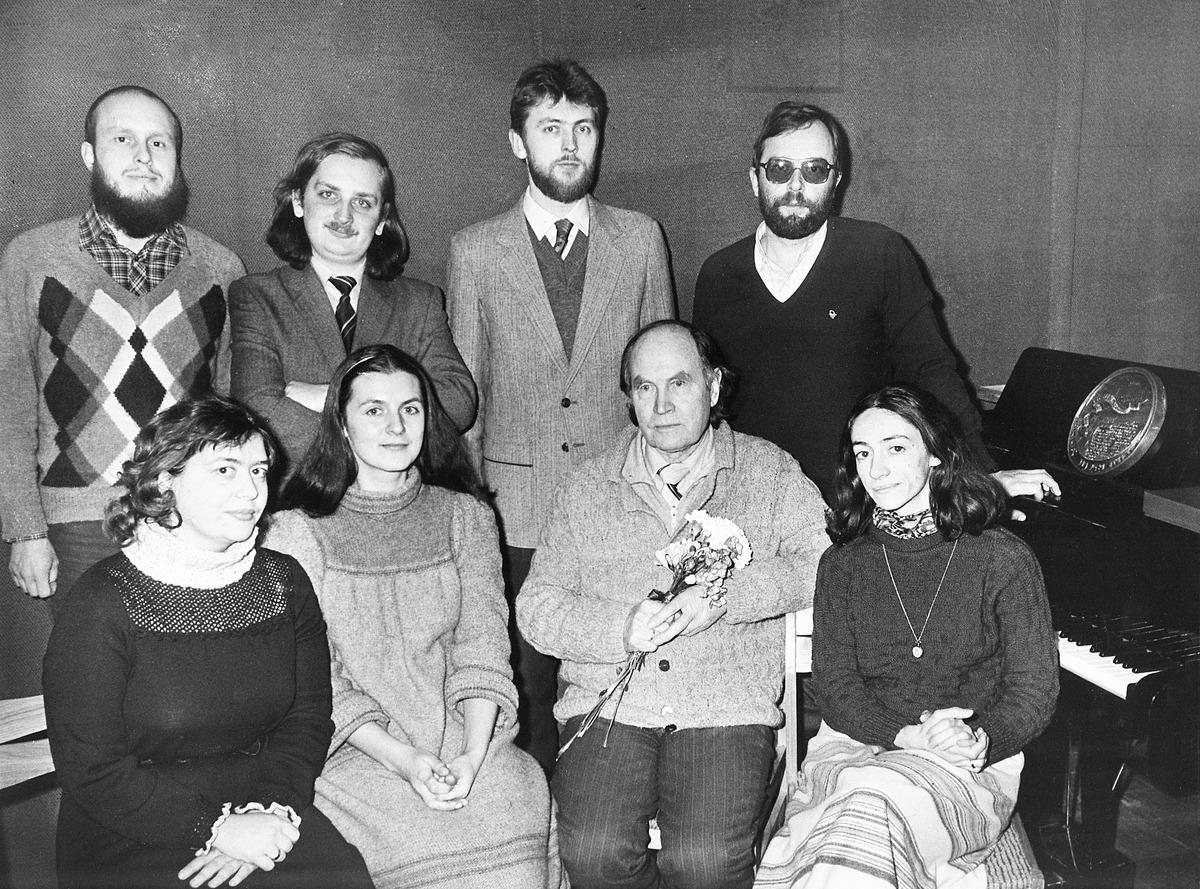 Švenčiant septyniasdešimtąjį gimtadienį su savo kompozicijos klasės absolventais. Iš kairės trečias sėdi Julius Juzeliūnas, 1986-ųjų vasario 20 d.