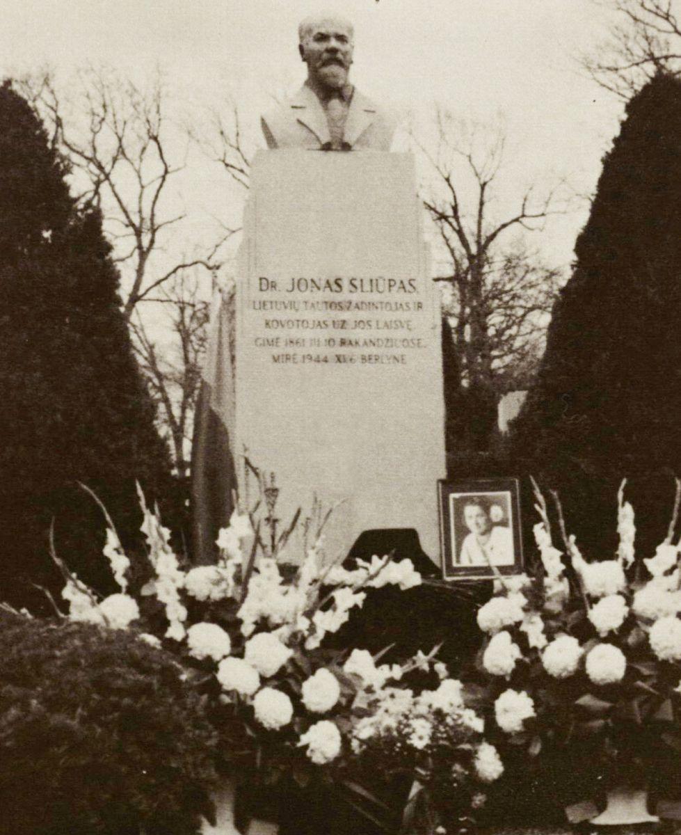 Dr. Jono Šliūpo paminklas Čikagos Tautinėse kapinėse (su žmonos Grasildos pelenų urna).
