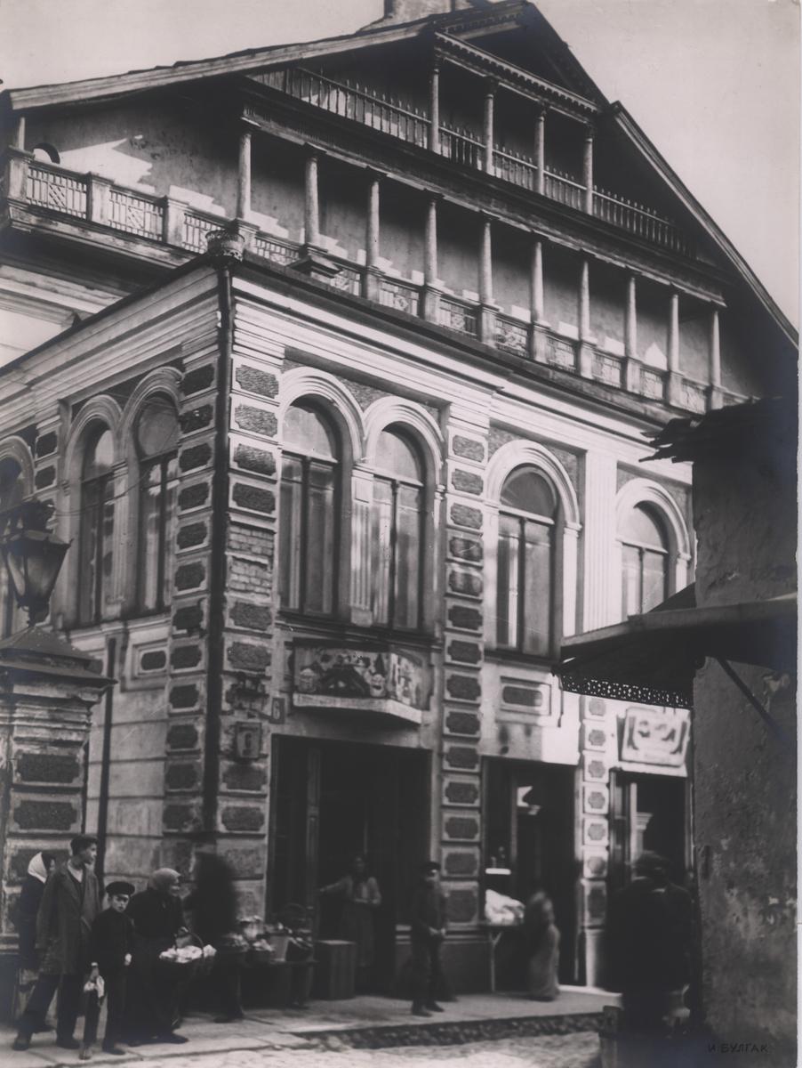 Strašuno bibliotekos pastatas šalia Didžiosios sinagogos. <br /> Biblioteka pradėjo veikti 1902 m. balandžio 14 d., antrame šio pastato aukšte; pirmame aukšte veikusios krautuvės padėjo išlaikyti pastatą (Jano Bułhako nuotrauka, 1940). <br /> Lietuvos nacionalinis muziejus.