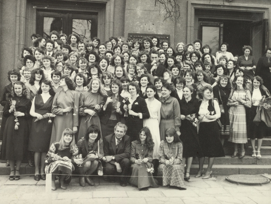 Lietuvių kalbos ir literatūros fakulteto dekanas doc. A. Rasimavičius (1 eilėje) ir doc. K. Kuzavinis (5 eilėje) su IV kurso studentais lituanistais. 1981 m. balandžio 21 d.
