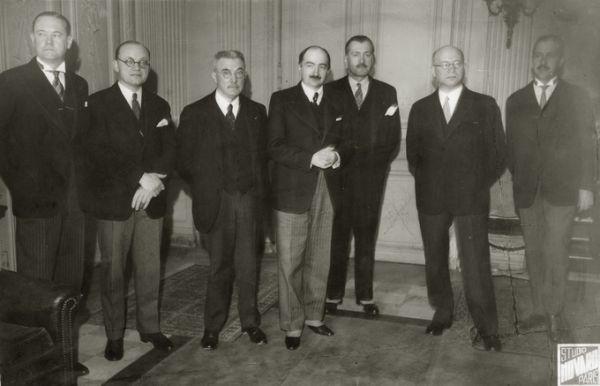 Pasaulinės modernaus meno ir technikos parodos Baltijos paviljono kertinio akmens padėjimo ceremonijos dalyviai. 1937 m., Paryžius.<br />