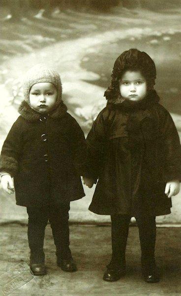 Taida su sesute Irena. Apie 1928 m. Kaunas