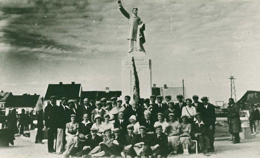 Varpininkai prie V. Kudirkos paminklo (atidarymo metu). Centre – K. Grinius. 1934 m.
