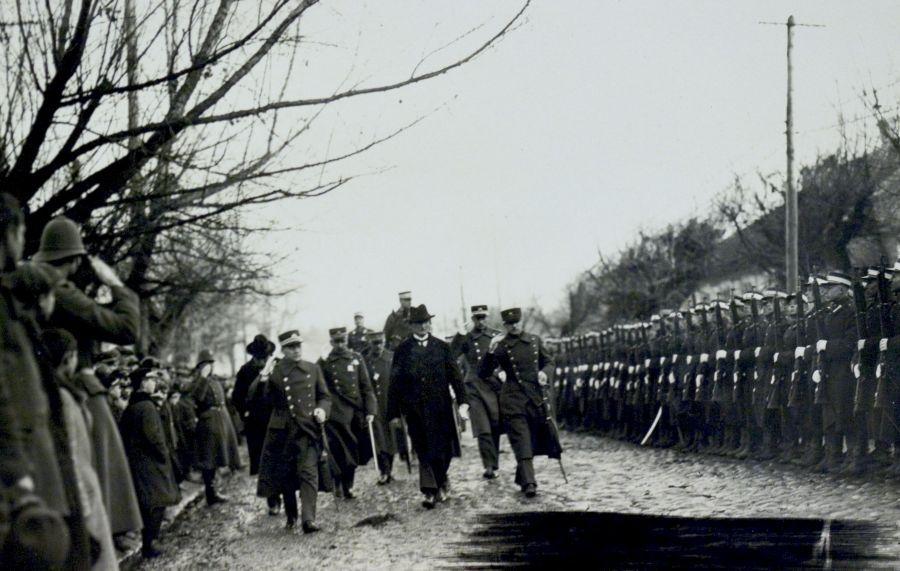 Prezidentas apžiūri Karo mokyklos ryšių kabinetą. 1926 m. rugsėjo 7 d.