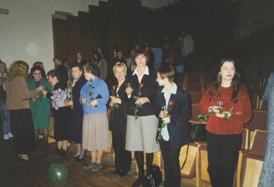 Lituanistikos fakulteto dėstytojai Paskutinės paskaitos LEU II rūmų Aktų salėje metu. 1998 m.