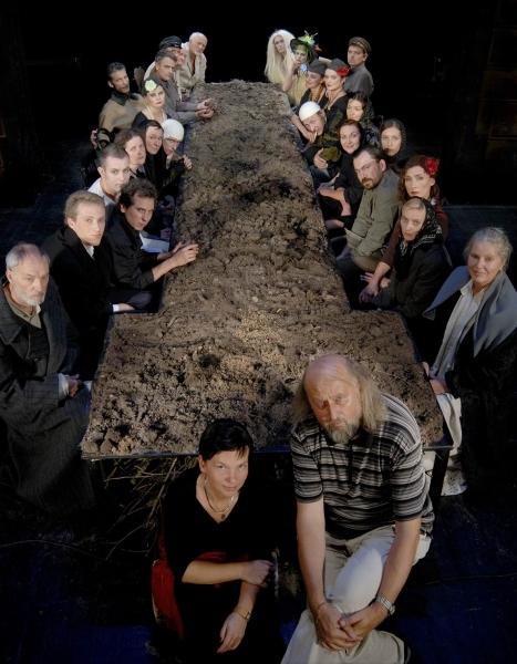 """Su spektaklio """"Vieno tėvo vaikai"""" kūrybine grupe Lietuvos nacionaliniame dramos teatre. 2006 m."""