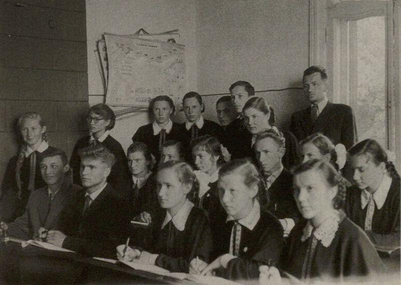 B. Radzevičius (pirmoje eilėje antras iš kairės) paskutinio skambučio Vyžuonų vidurinėje mokykloje metu. Antroje eilėje trečias iš dešinės – A. Masionis. 1960 m., Vyžuonos.