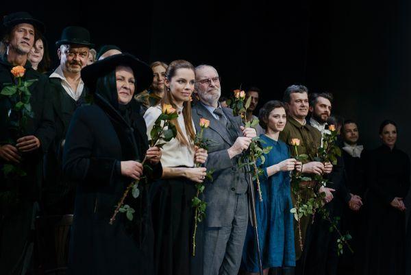 Su kolegomis aktoriais jubiliejinio vakaro, skirto Vilniaus mažojo teatro 25-mečiui, metu. 2014 m., Vilnius.