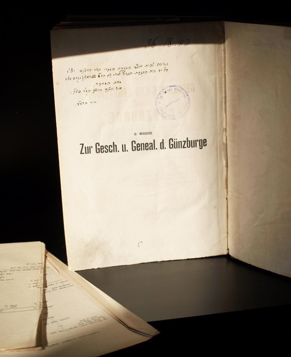 """Dovydo Magido knyga """"Zur Geschichte und Genealogie der Günzburge"""" su rankraštine dedikacija Strašuno bibliotekai  (S. Peterburgas, L. Rabinovičiaus ir Š. Sokolovskio spaustuvė, 1899)."""
