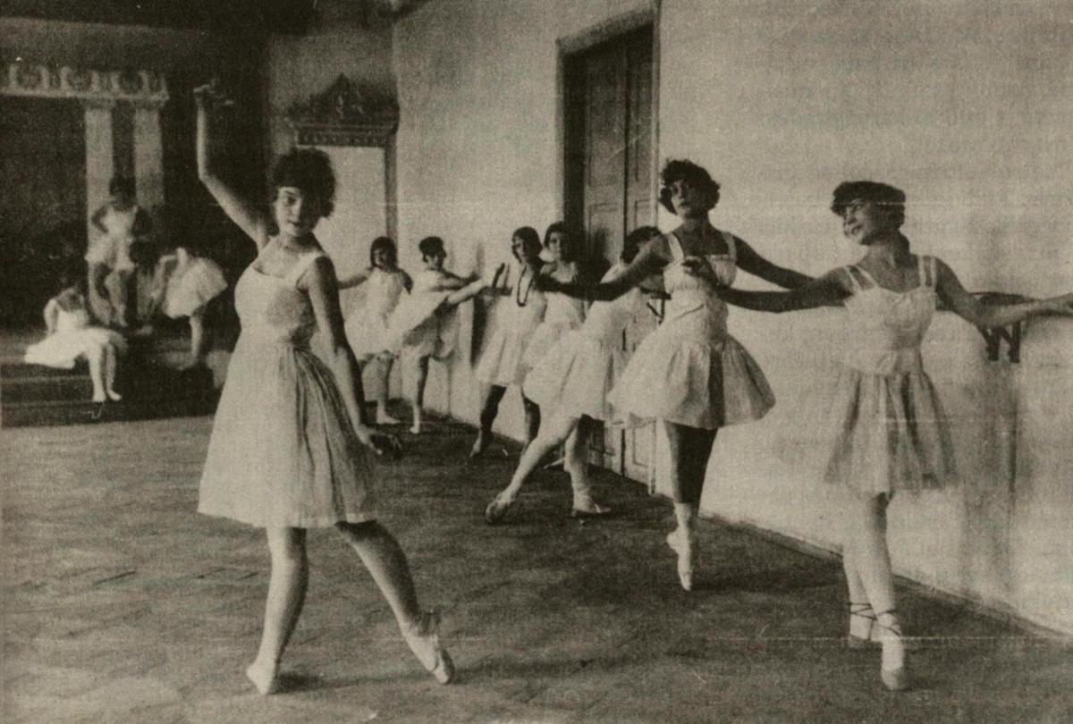 Olgos Dubeneckienės baleto studija. Pirmoji prie turėklų – Jadvyga Jovaišaitė. 1921-1922 m.