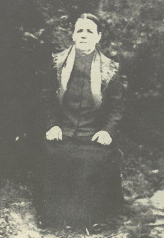 Broniaus močiūtė Emilija Radzevičienė, kurios paveikslo šviesa švyti B. Radzevičiaus prozoje.