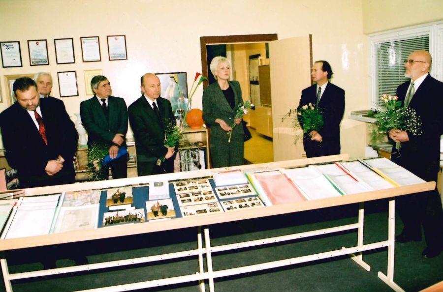 G. Ilgūnas Kauno Kazio Griniaus vidurinės mokyklos 20-mečio minėjimo metu. Svečiai lankosi mokyklos muziejuje. 2002 m. lapkričio 15 d.