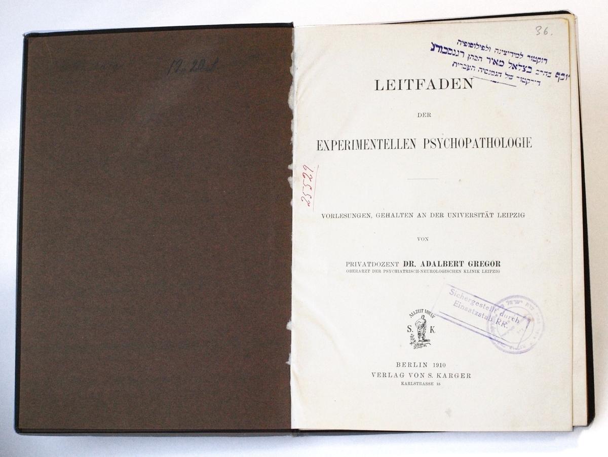 Viena iš daktaro Juozapo Regensburgo Strašuno bibliotekai dovanotų knygų, kurią tikrino Rozenbergo štabo pareigūnas. <br /> Matyti J. Regensburgo asmeninis spaudas, Strašuno bibliotekos bei Rozenbergo štabo spaudai.
