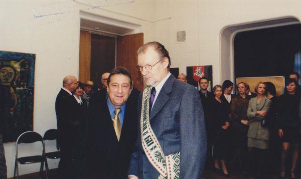 Su rusų satyriku G. Chazanovu savo 60-mečio minėjimo J. Baltrušaičio namuose metu. 2000 m., Maskva.