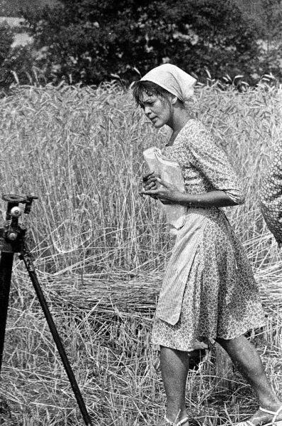 """Estų aktorė E. Kiul, filmuojant kino juostą """"Sodybų tuštėjimo metas"""". 1976 m."""