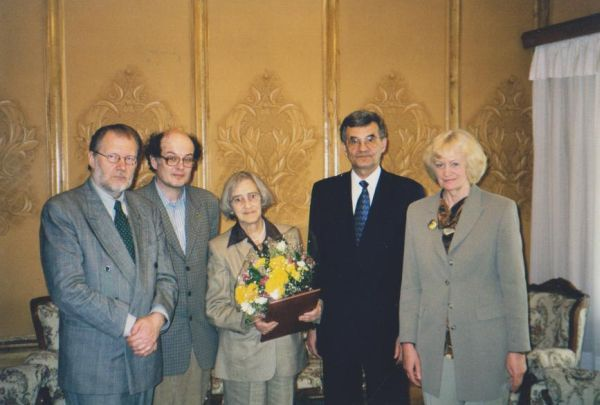 LR kultūros atašė Rusijoje J. Budraitis po rusų disidento A. Sacharovo našlės J. Boner apdovanojimo įteikimo LR ambasadoje Maskvoje. 1999 m.