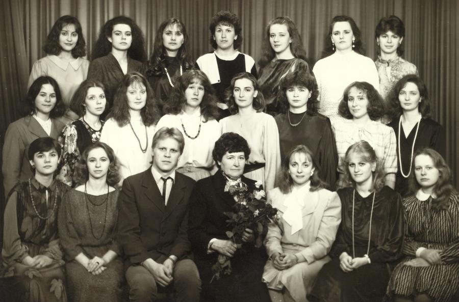 Lietuvių kalbos ir literatūros fakulteto doc. P. Bikulčienė su IV kurso II grupės studentais. 1988 m. gegužės 7 d.