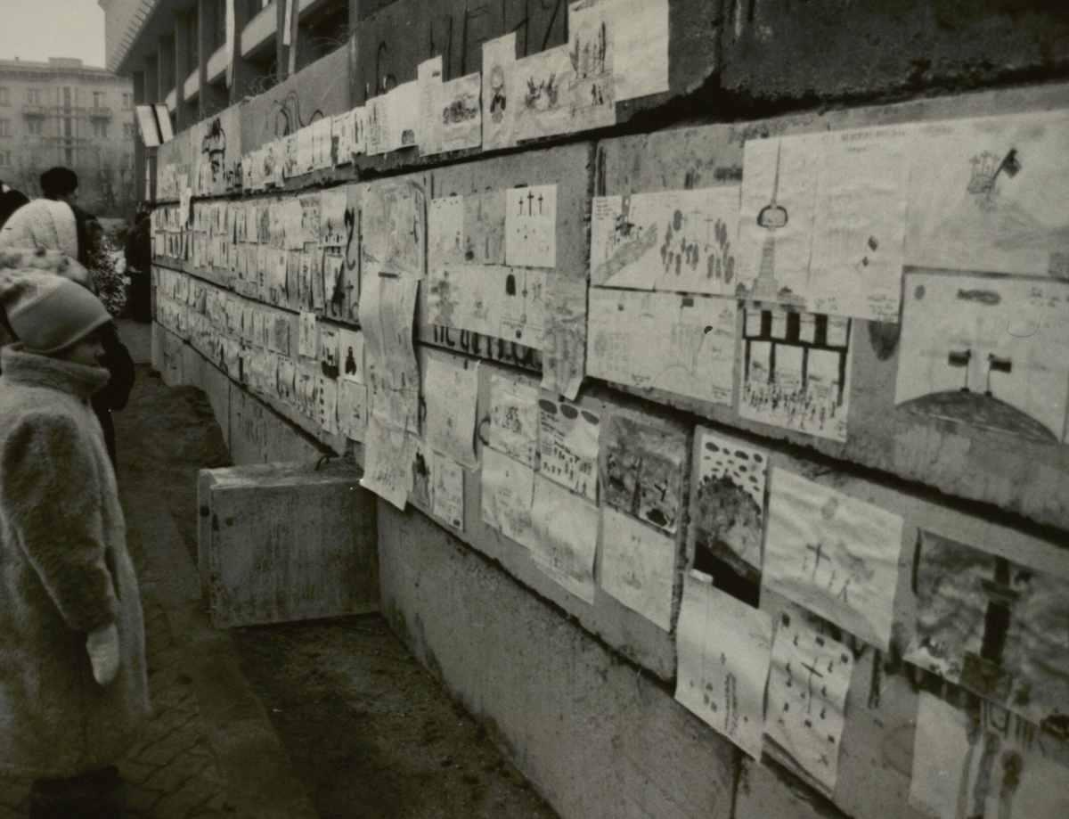 Vaikų piešiniai ant barikadų, skirti žuvusiesiems atminti