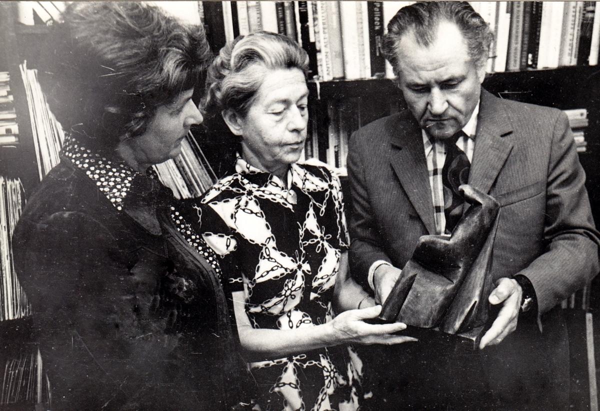Pas  Birutę Žilytę ir Algirdą Steponavičių namuose su Stanislovo Kuzmos skulptūra. Iš kairės: Eleonora Žukienė, Gražutė Šlapelytė-Sirutienė, Vladas Žukas. 1974 m.