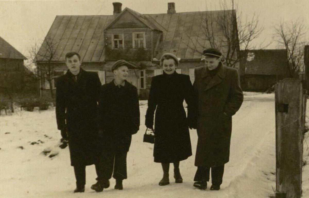 Su mama ir broliais prie namo Biržuose Agluonos g., kuriame tada gyveno
