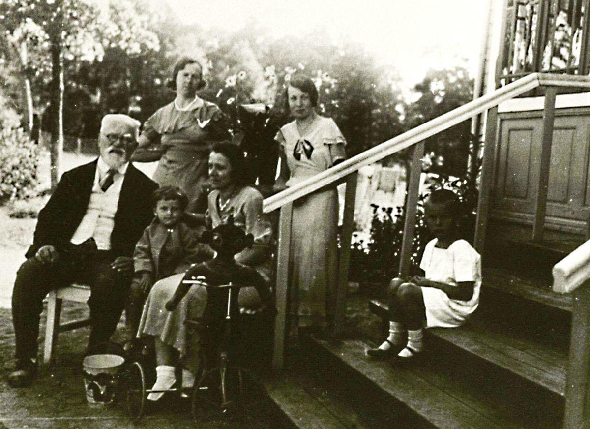 J. Šliūpas su sūnumi ir žmona bei svečiais. Palanga. 1934 m.