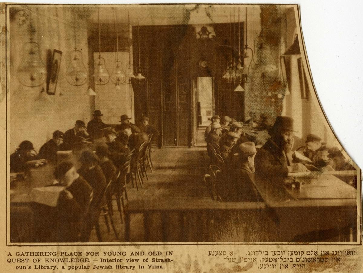 """Strašuno bibliotekos interjeras. <br /> Alterio Kaciznės nuotrauka, siųsta JAV jidiš kalba leistam laikraščiui """"Forverts"""" (jid. Pirmyn) su autoriaus pateiktu pavadinimu: """"Senų ir jaunų susitikimo vieta siekiant žinių"""", 1931. <br /> YIVO institutas"""