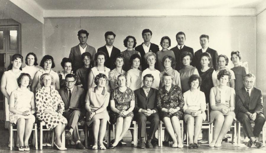 Penkto kurso studentai neakivaizdininkai su tuomečio Vilniaus pedagoginio instituto Lietuvių kalbos ir literatūros fakulteto dėstytojais. 1969 m. liepos 24 d.