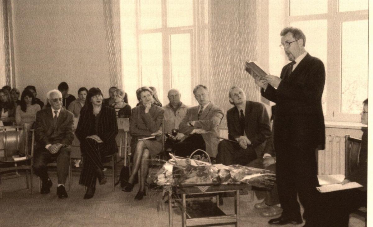 """E. Ignatavičius skaito novelę """"Obelis katedros aikštėje"""" Raseinių Jono Žemaičio gimnazijoje. 2005 m."""