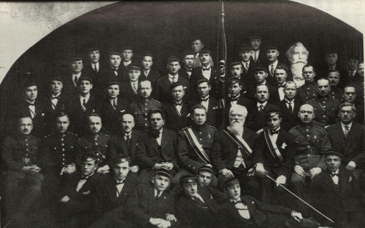 """Lietuvių medicinos akademijos studentų korporacija """"Fraternitas Lituanica"""" 1929 m. Antroje eilėje ketvirtas iš dešinės dr. J. Šliūpas."""