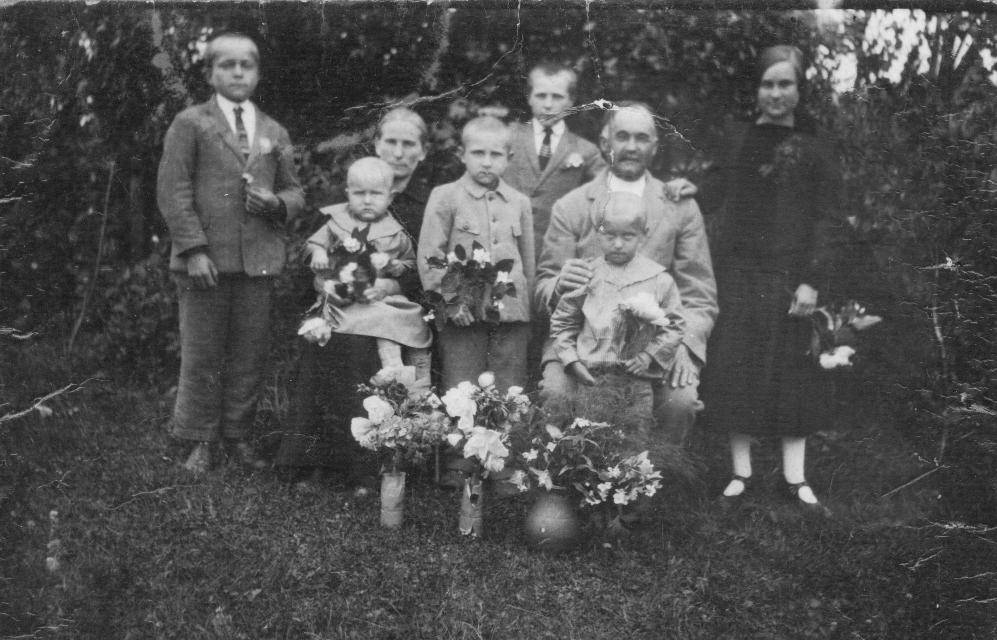 Mekų šeima – Adolfas sėdi motinai ant kelių. <br /> Semeniškiai, apie 1926 m.<br />