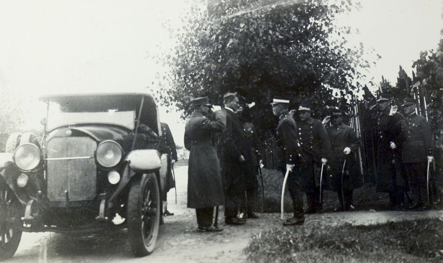 Lietuvos Respublikos Prezidentą Kazį Grinių, atvykusį į Karo mokyklos VIII laidos karininkų išleistuvių iškilmes sutinka Karo mokyklos vadovybė. Aukštoji Panemunė, Kaunas, 1926 m. rugsėjo 7 d.