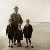 Taida (centre) su tėvu, broliu Petru  ir sesute Irena po mamos mirties.  Apie 1930 m. Palanga
